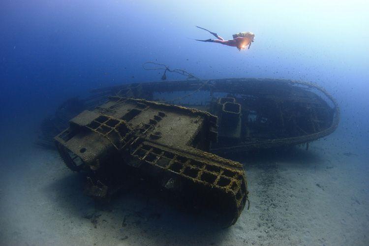 submarinista sobre barco hundido